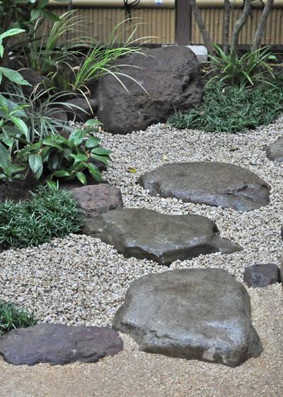 和風の庭に欠かせない飛石