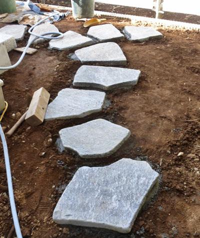 鉄平石の飛石は「合わせ」が重要に