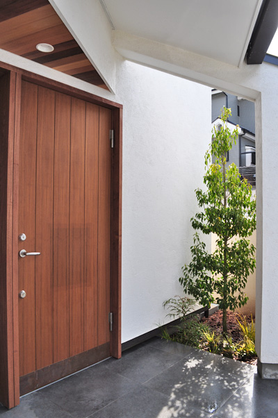 玄関横の日陰へソヨゴを植栽