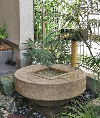 石に見える循環式手水鉢
