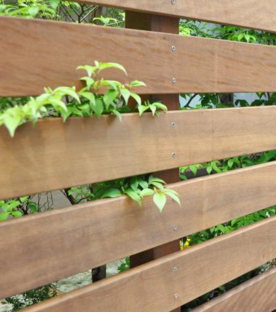 植物との組み合わせが美しいウッドフェンス