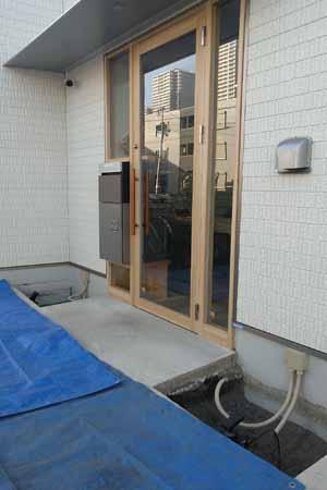 出入口左右の小さな植栽用スペース