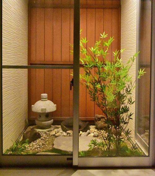 玄関正面に見る小さな和風庭園