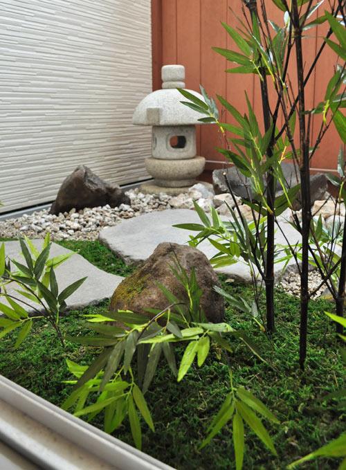 人工植物で屋外と見間違える室内坪庭