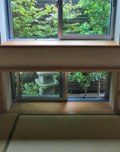 窓から枝葉を眺める為の坪庭