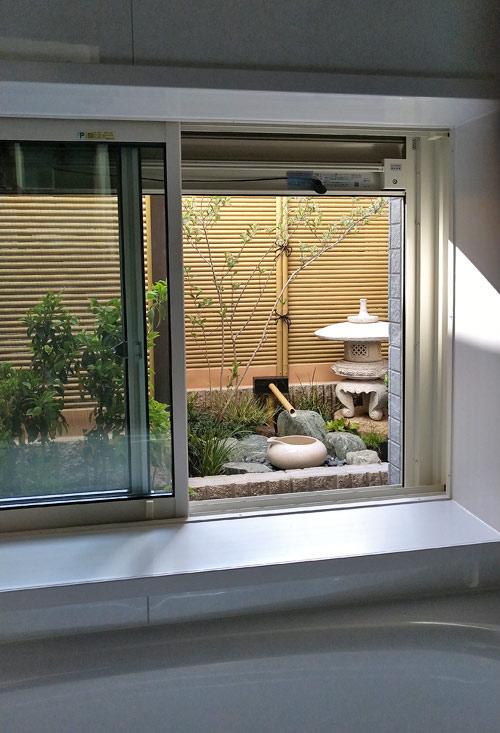 浴室からの鑑賞高さに合わせた坪庭