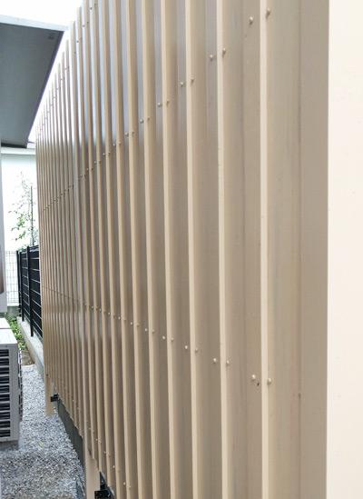 板材をやや重ねたタイプの樹脂フェンス