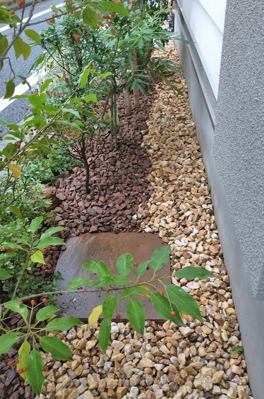 泥跳ね対策とおしゃれな装飾を兼ねる砂利敷き