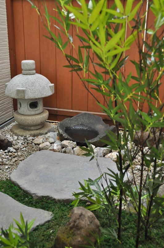 燈篭や水盤を引き立てる人工植物