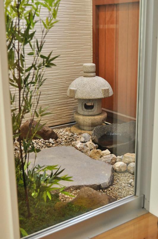 リビング窓から眺める坪庭