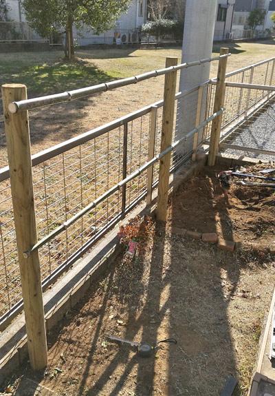 生垣の丸太と竹材