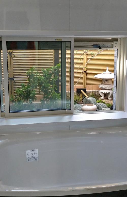 浴室から眺める坪庭