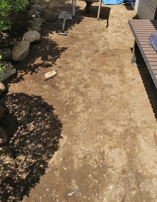 芝生を撤去して整えた地面