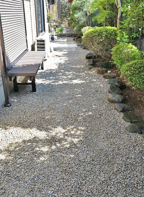 化粧砂利を敷き均して雑草対策を終えた庭