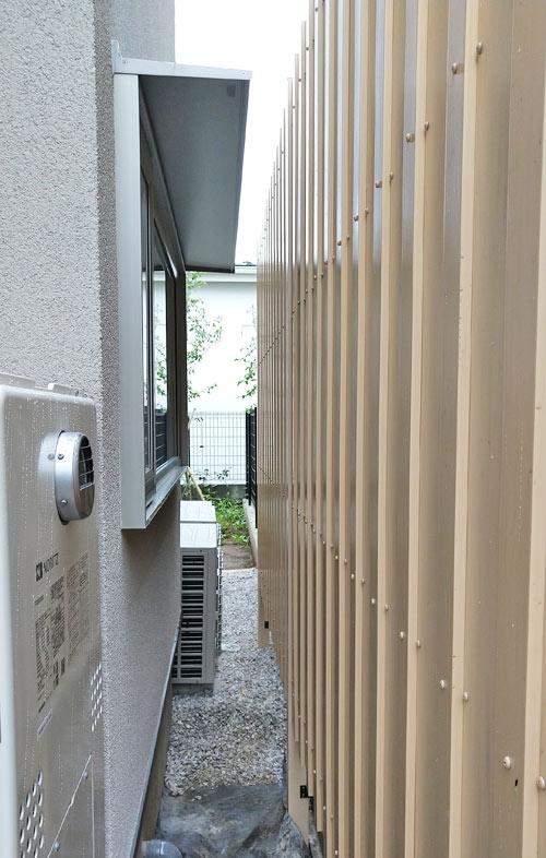 目隠し樹脂フェンスを浴室窓に合わせた様子
