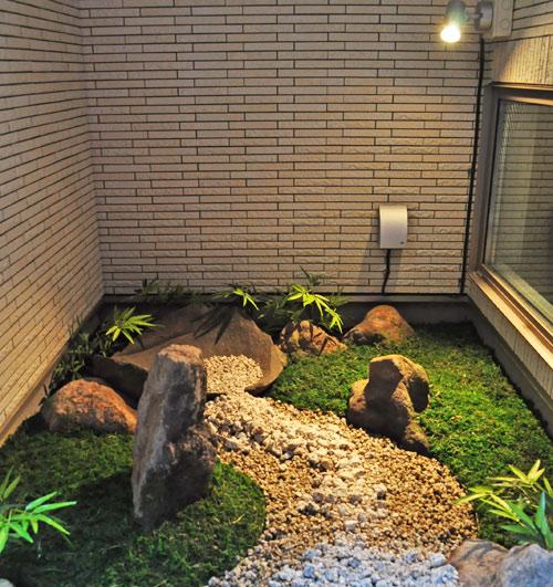 通用口から室内坪庭を眺める