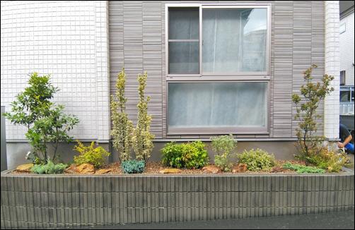 花壇にレイアウトした色彩豊かな植栽デザイン-横浜市K様邸