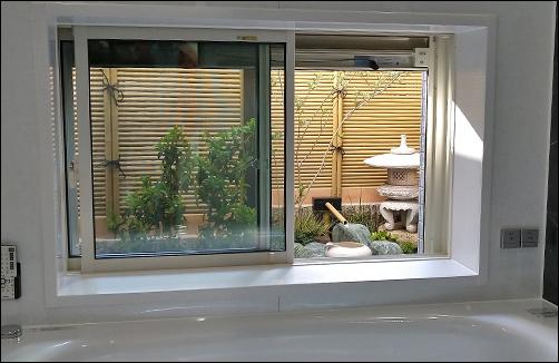 浴室から眺める、睡蓮鉢と雪見灯篭のある坪庭-大田区U様邸