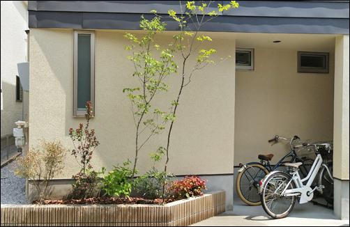 2ヵ所の花壇へシンボルツリーや目隠し用の植栽を-中野区N様邸